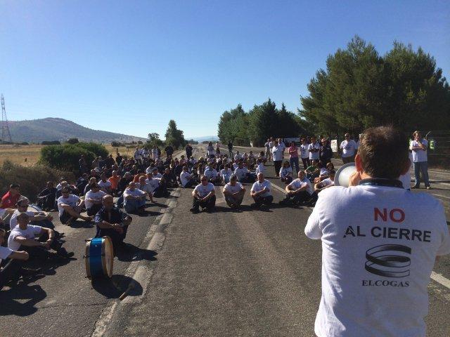 Unos 130 trabajadores de las contratas de Elcogas se encierran en el Ayuntamiento de Puertollano