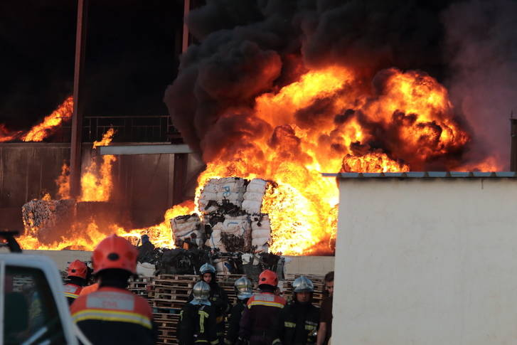 Extinguido el incendio de la planta de reciclado de Chiloeches