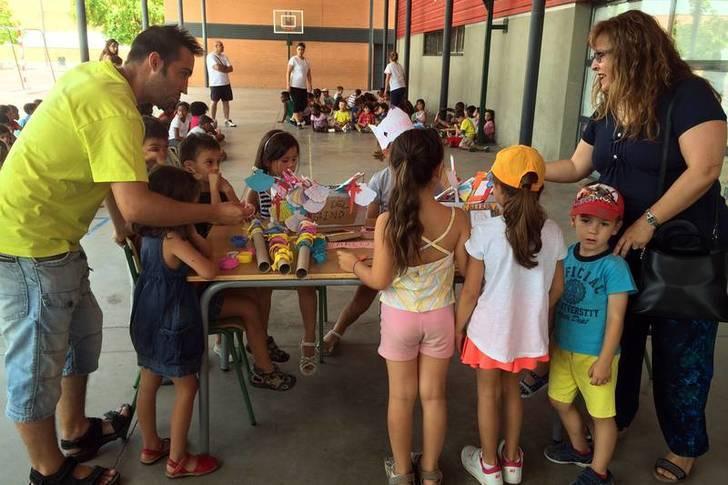 La concejala de Educación e Infancia, de visita en el campamento de verano del colegio La Paloma. Fotografía: Ayuntamiento de Azuqueca