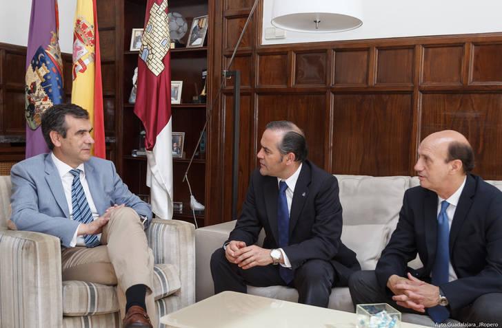 Román recibe en el Ayuntamiento a José Julián Gregorio López, delegado del Gobierno