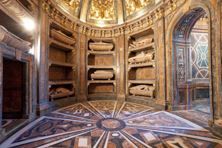 Las similitudes entre el Panteón de los Duques del Infantado y el Panteón de los Reyes de El Escorial, detalle monumental de julio
