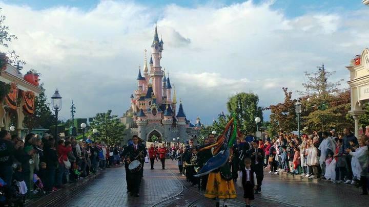 La Banda de Música de Jadraque abrió el desfile de carrozas de Disneyland