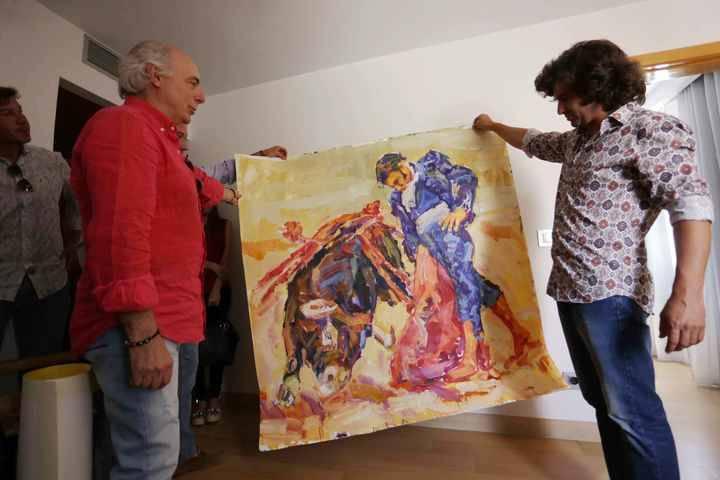 El pintor José Manuel Exojo regala dos obras a Morante de la Puebla