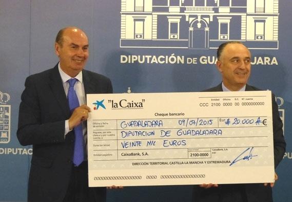"""""""la Caixa"""" dona a la Diputación 20.000 euros para los gastos del incendio de Humanes"""