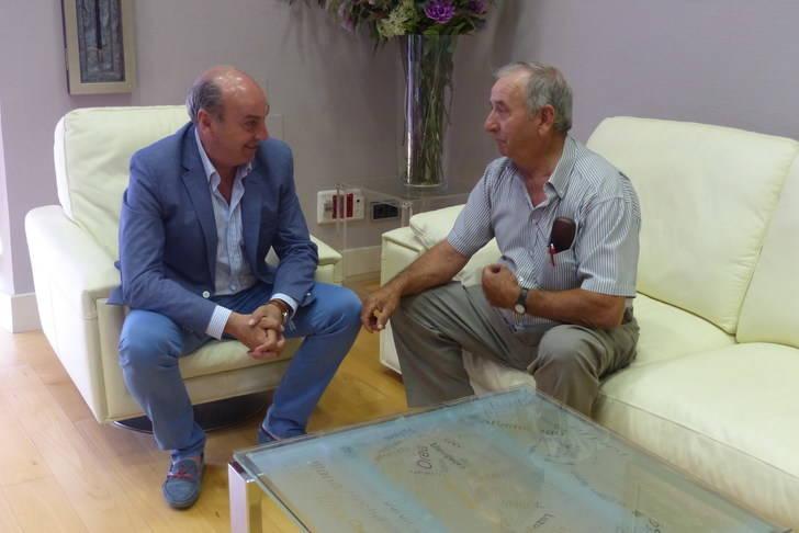 El presidente de la Diputación se reúne con el alcalde de Villanueva de Argecilla