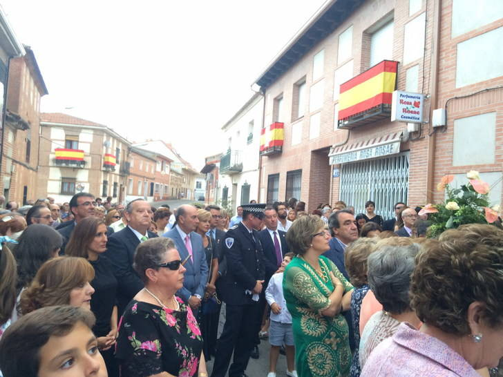 El presidente de la Diputación acompaña a los casareños en la procesión de la Virgen de la Antigua