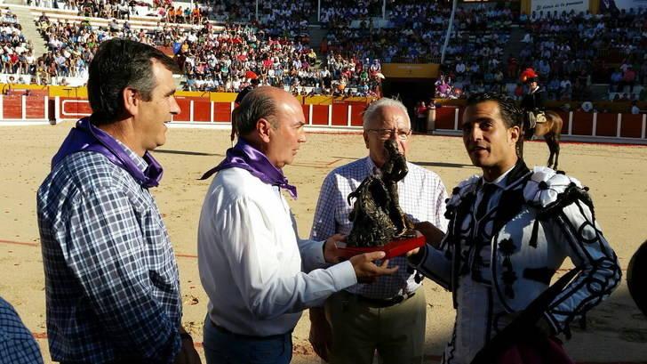 El presidente de la Diputación entrega a Iván Fandiño el premio a la Mejor Faena en Conjunto de la Peña Taurina Alcarreña