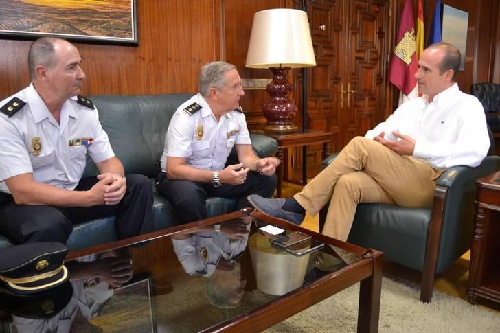 Rojo se reúne con el jefe de la Comisaría del Cuerpo Nacional de Policía