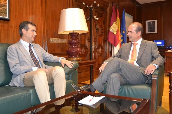 La cordialidad preside el primer encuentro entre el alcalde y el delegado de la Junta en Guadalajara
