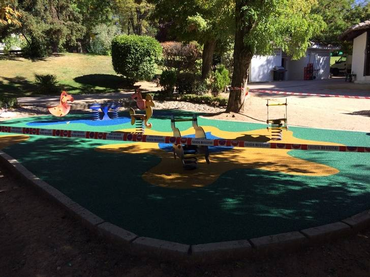 Renovado el suelo de caucho de las zonas de juegos infantiles de San Roque