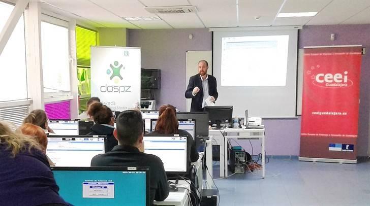 Emprendedores de Alovera aprenden a crear un negocio on line