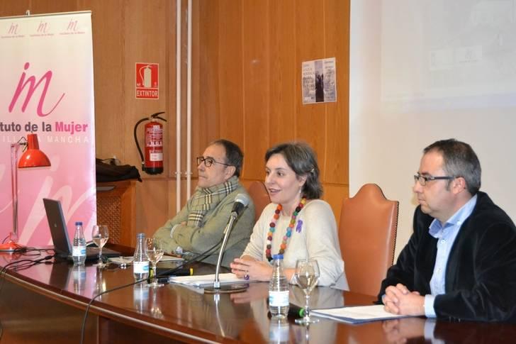 Araceli Martínez presenta una conferencia sobre Juana la Loca, mujer maltratada por los hombres y por la Historia