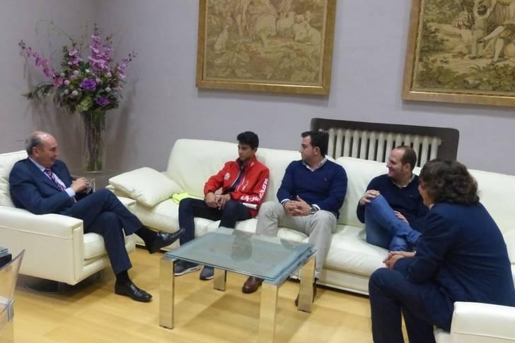 El presidente de la Diputación felicita al cabanillero Fernando Cebrián por sus éxitos deportivos
