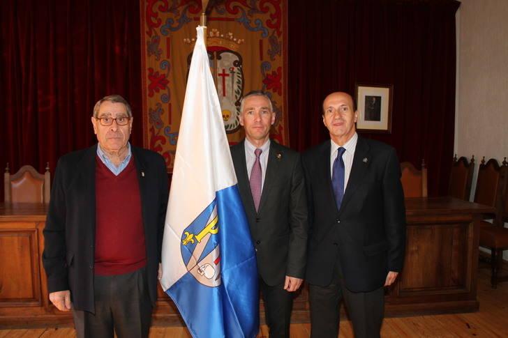 Pastrana estrenó la bandera de la villa para poner el broche de oro al homenaje a la Constitución