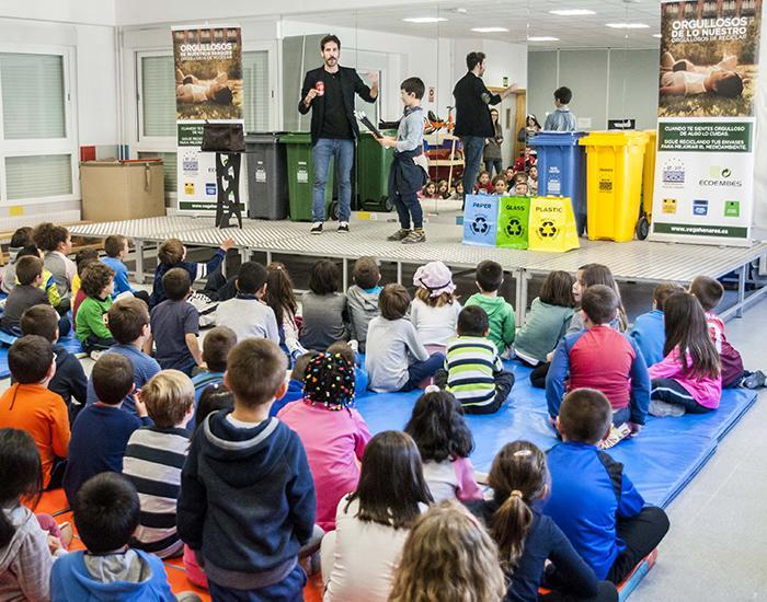 Un mago explica a los alumnos de los colegios de Marchamalo el proceso que sigue a la magia del reciclaje