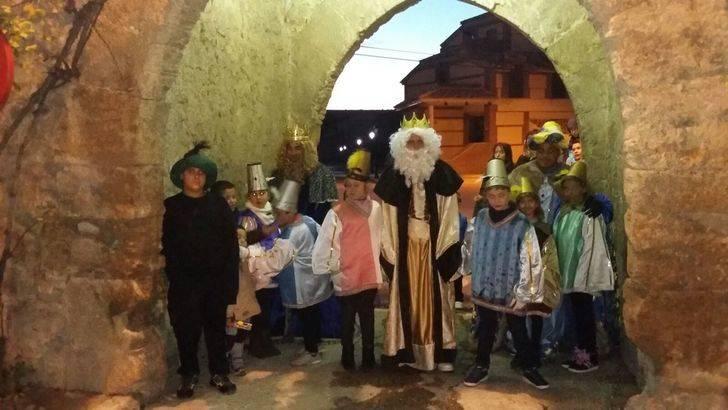 Los Reyes Magos llevaron la ilusión a los niños y mayores de Almonacid de Zorita