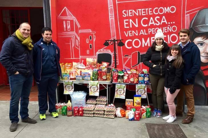 Los jóvenes del PP entregan más de 200 Kg de alimentos a Cáritas El Casar