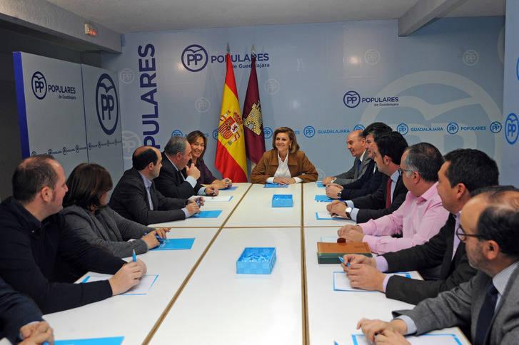 Cospedal muestra su preocupación en Guadalajara por la fuga de empresas en la región motivada por la subida de impuestos de PSOE-Podemos