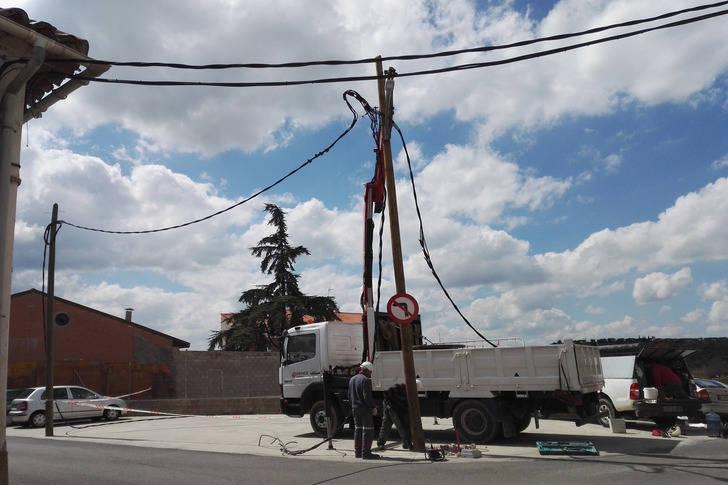 Retirados dos postes de luz que estorbaban a la circulación en la calle Ambrosio Pérez en Cabanillas