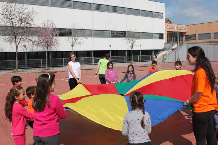 Una quincena de niños de 3 a 12 años, en el campamento urbano de Cabanillas