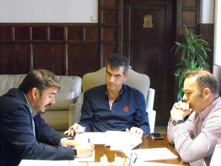 Román ofrece al alcalde de Marchamalo la posibilidad de que la localidad se reincorpore al servicio de transporte de Guadalajara