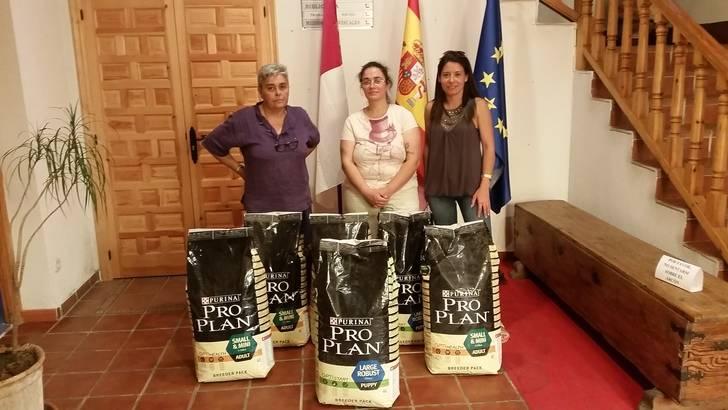 Torrejón del Rey hace entrega del pienso donado por SECPA y Purina las protectoras