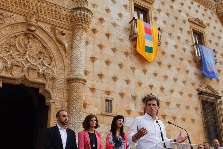 Rivera recorre las calles de Guadalajara y manda una seria advertencia al PSOE