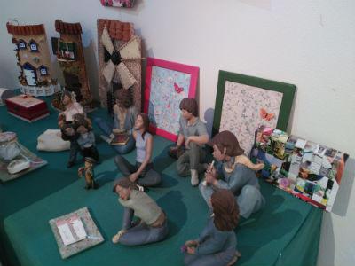 Las manualidades de la Asociación CEAR llenan de color la sala de exposiciones de Alovera