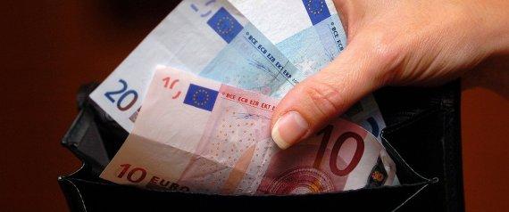 Una cabanillera encuentra 2.000 euros en la calle, y localiza al propietario para devolvérselos