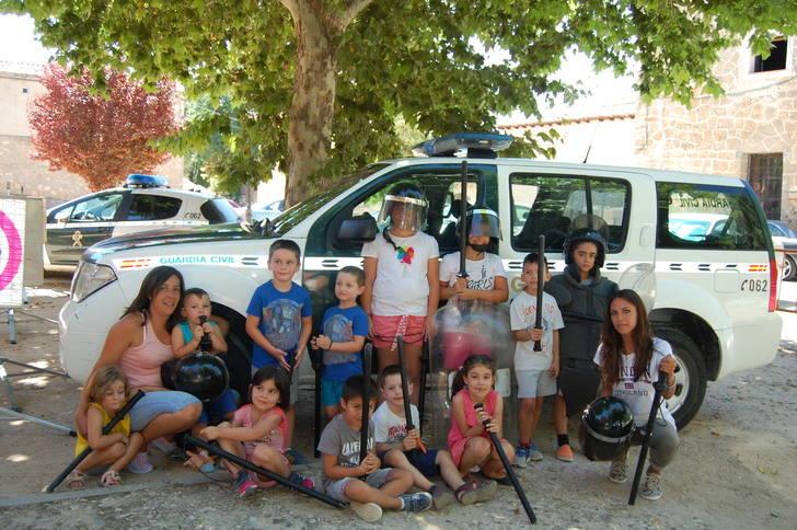 La Guardia Civil visita la Ludoteca de Verano de Cifuentes