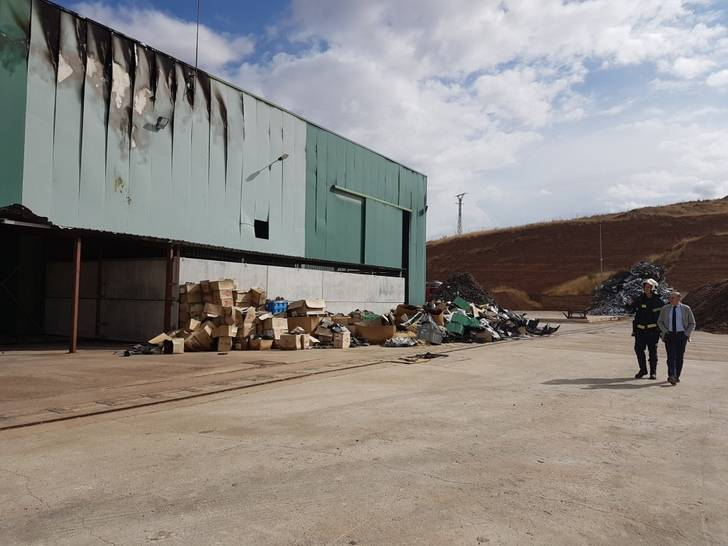 El presidente de la Diputación se interesa por los trabajos de extinción del incendio en una nave del polígono de Chiloeches