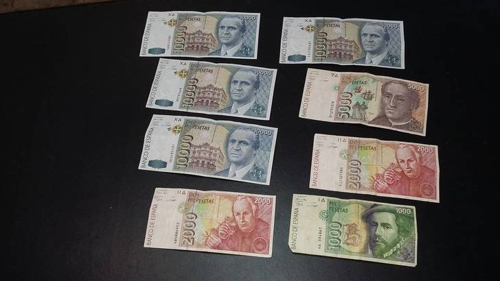 Encuentran un antiguo sobre con 50.000 pesetas en el Archivo Municipal de Torrejón del Rey