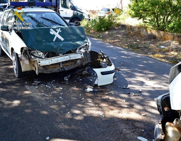 Una furgoneta embiste contra un coche de la Guardia Civil que trataba de detenerla