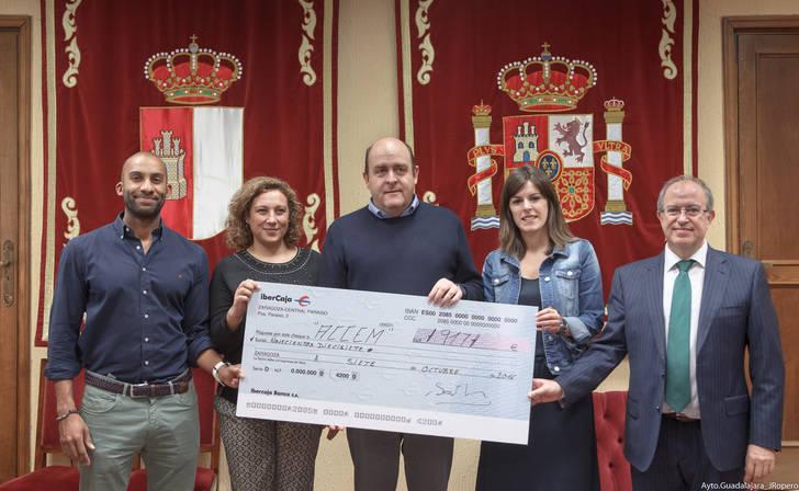 Entregados a ACCEM y Manos Unidas los cheques con la recaudación íntegra del Festival de Jotas y del teatro infantil celebrados durante las pasadas Ferias y Fiestas