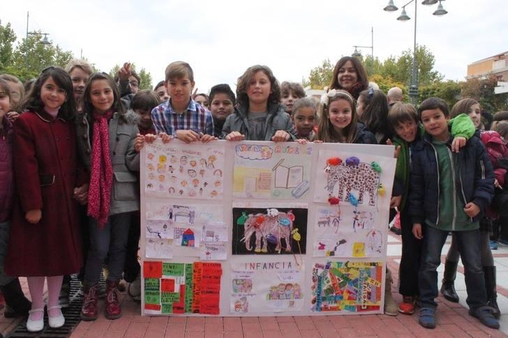 Los niños de Cabanillas reivindican pintando, cantando y bailando sus derechos universales