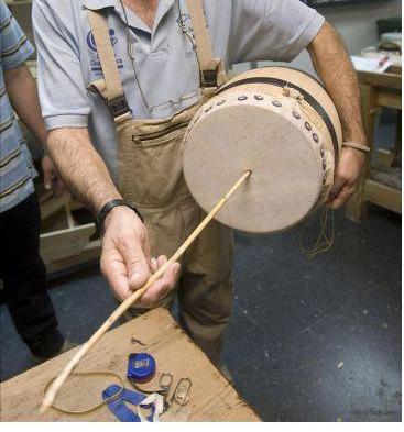 La Escuela de Folklore de la Diputación convoca un cursillo de construcción de zambombas