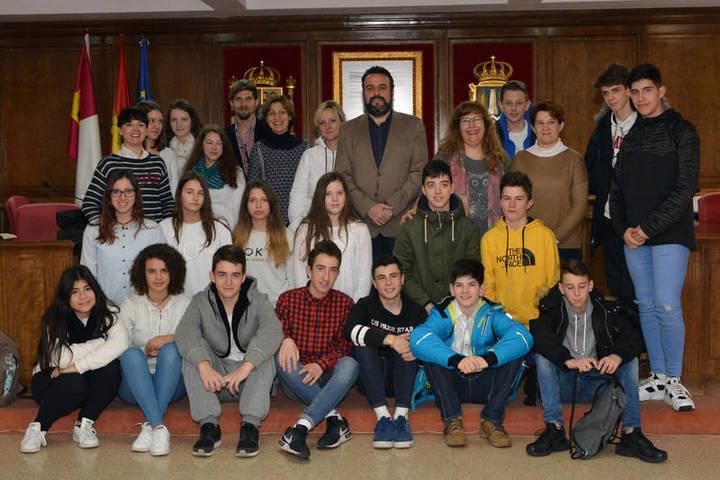 Una decena de estudiantes alemanes de intercambio visitan el Ayuntamiento de Azuqueca