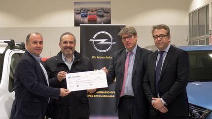 El Hogar Alcarreño-Acai Motor hace entrega de un cheque por valor de 1.000 euros a la Asociación Down
