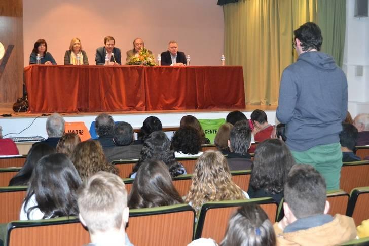 Alumnos del Instituto Buero Vallejo rinden homenaje al dramaturgo en un acto al que asiste el hijo del escritor