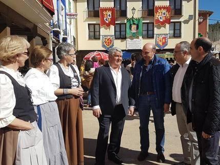 Latre visita Tendilla que celebra durante este fin de semana su Feria de las Mercaderías