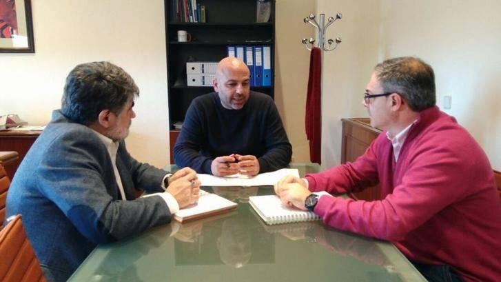El secretario general de Podemos CLM se interesa por las 68 familias sin luz de Alovera