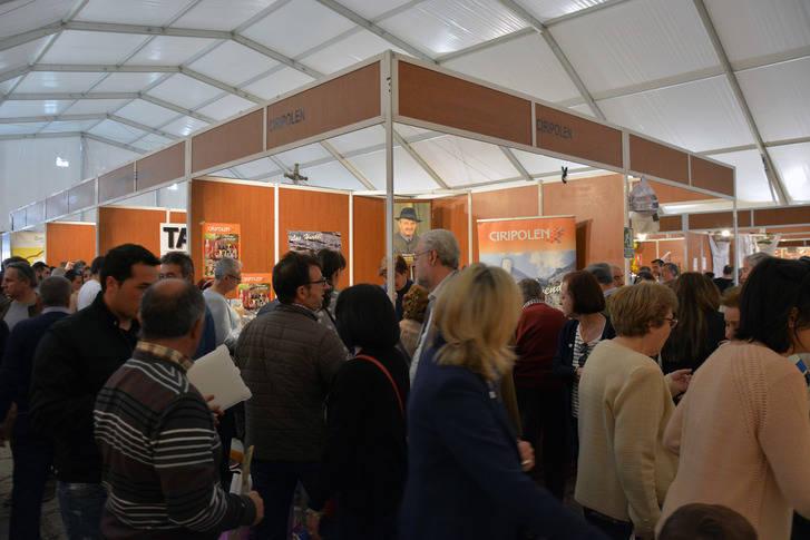 Latre incide en la importancia de seguir apoyando iniciativas como la Feria Apícola de Pastrana