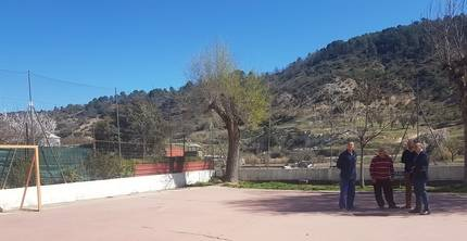 El presidente de la Diputación visita Alhóndiga para interesarse por las necesidades y demandas