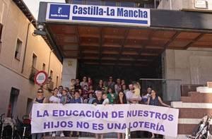 Familias de Guadalajara se concentran frente a la Delegación de la Junta contra el nuevo porceso de admisión de alumnos