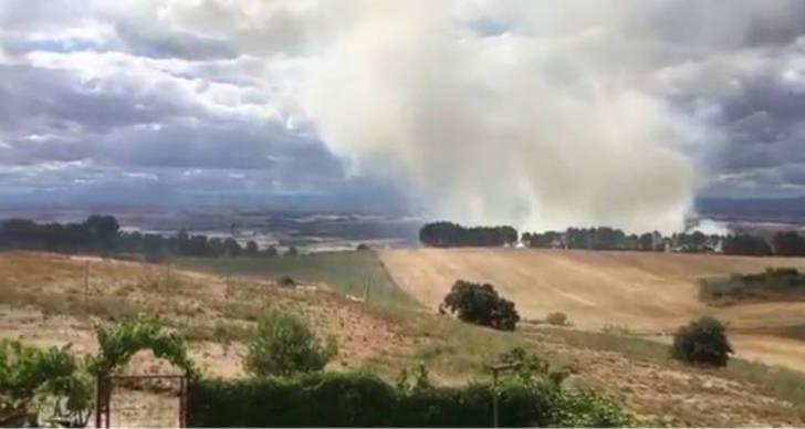 Diez personas trabajan en la total extinción del incendio de Chiloeches
