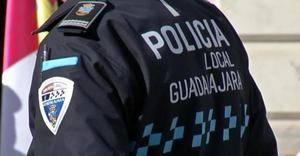 'Pillado' disparando su escopeta de balines desde su ventana en la calle Virgen de Sopetrán a las casas de en frente