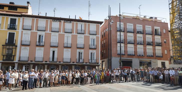 Cientos de personas se concentran en la Plaza Mayor de Guadalajara para guardar cinco minutos de silencio por los atentados de Barcelona y Cambrils