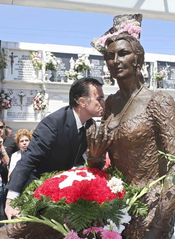 Mutilan la estatua de Rocío Jurado