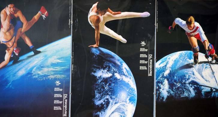 El alcalde de El Casar dona al municipio una colección de Posters con fotografías de la Tierra hechas por la NASA, conmemorativas de las olimpiadas de Barcelona 92