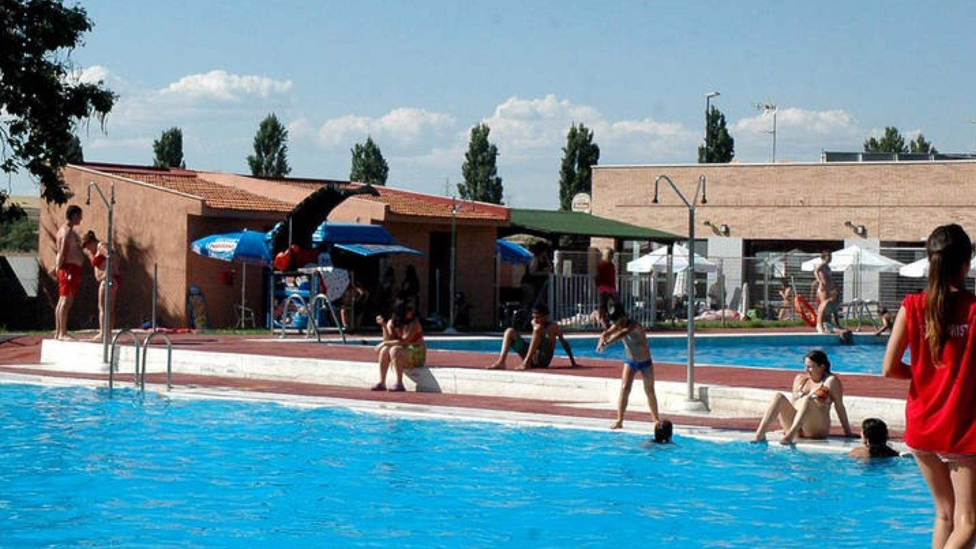 Reaniman a un hombre con signos de ahogamiento en la piscina ...
